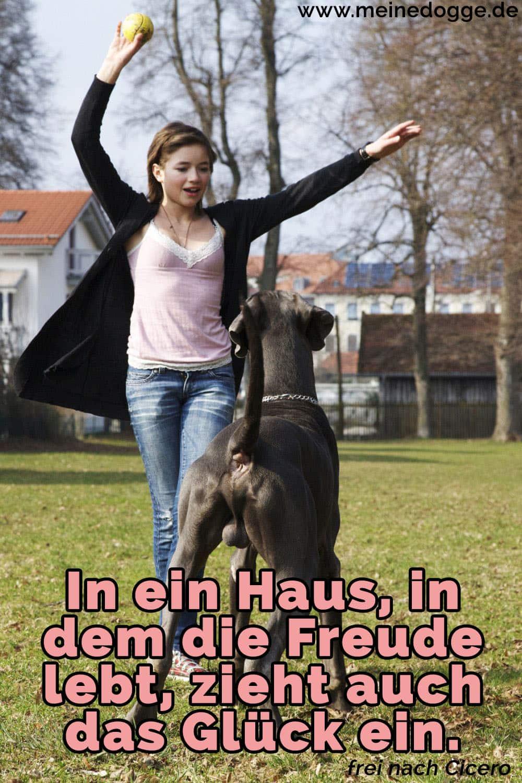Eine Frau spielt mit ihre Dogge