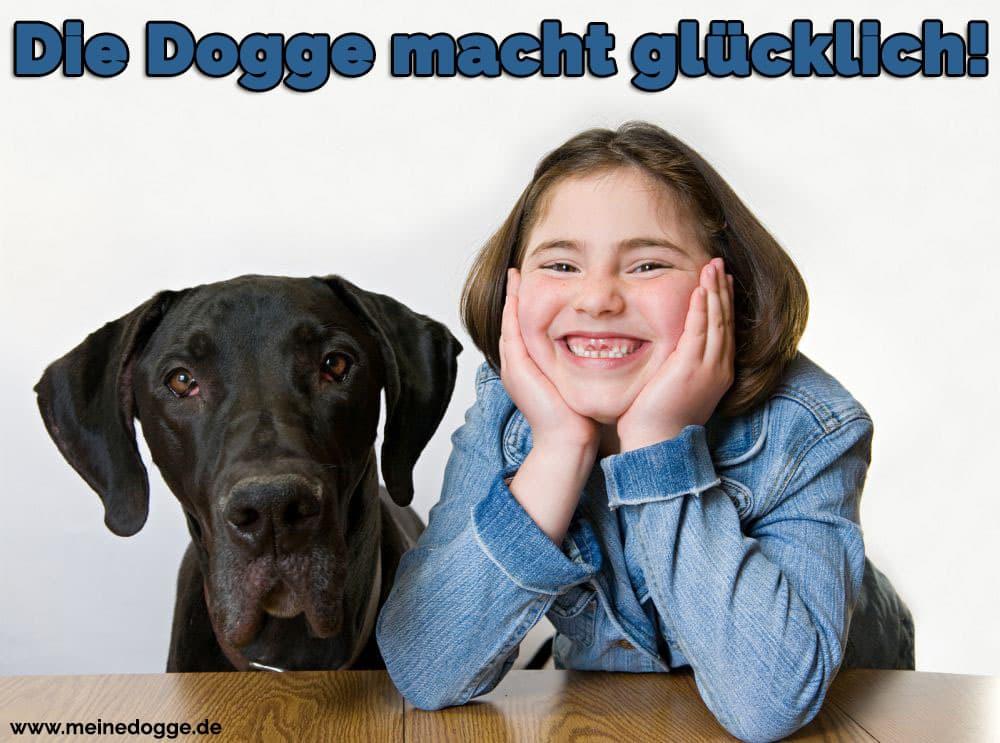 Ein glückliches Mädchen und ihre Dogge